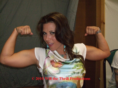 Who would win in armwrestling Mickie James 또는 average man?