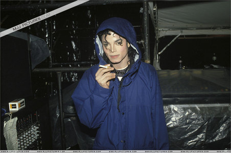 hi uhm im not sure but i got a feeling he doesn't...but there was a rumour out that he had emphysema his publicist zei its not true...but knowing how healthy mj was i don't think he did. heres a pic of when he was playing with the stage managers ciggarette he looks sexy hey?