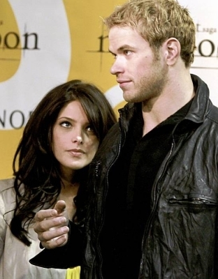 Ashley Michele Greene Actress Twilight,Summers Moon,Punk'd,Mad tv,New Moon,Eclipse,And many lebih (And here's Ashley with Kellan Lutz at the hot topic tour btw!)