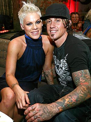 According to Wikipedia, pink is still with her husband, Carey Hart. They mgawanyiko, baidisha for a while in 2008, but never legally divorced, so they are still technically married. They got back together in 2009. (source: http://en.wikipedia.org/wiki/Pink_(singer)#Marriage)
