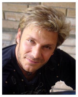 in english dub it's Vic Mignogna (he played Edward in Full Metal Alchemist)