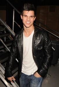 Taylor Is Gorgeouss <333 Sexiest Guy Aliveee :)