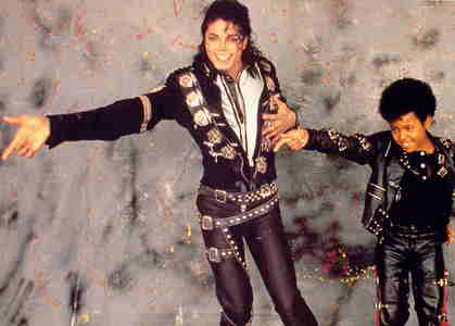 I would be his best friend because we both love the same colors red and black, His birthday is in the same ماہ as mine, we both love children. and we're both funny. so i would definitley love to have been دوستوں with MJ.