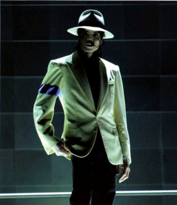 I saw it at the films 5 times lol and now i have the DVD i watch it everyday no miss lol my favoriete part is when he dose Smooth Criminal and when he sang Man in the mirror i seriously started crying because that part is so sad because it's the end of the movie but i absoulutely L.O.V.E. This Is It =)