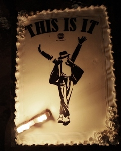 HERE GOES MY CAKE OF MJ IMMA SAVE THIS CAKE FOR EVER AND EVER MJ R.I.P THIS IS NOT IT!!!!!!!!!!