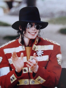 I upendo you!!! that's how should react every MJ fan!! without insulting, without saying bad things... Michael wasn't like this.. so I clap my hands too for your words, for the way wewe defend Michael... I upendo you! you're great! a true FAN!!! Michael loves wewe too!!!!!!!!!