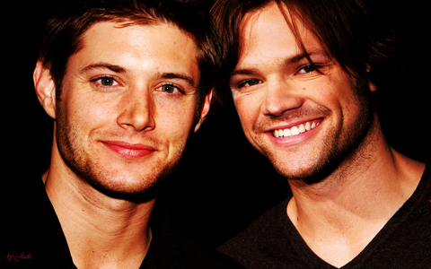 This is my fondo de pantalla on my computer because I amor Jensen and Jared and supernatural