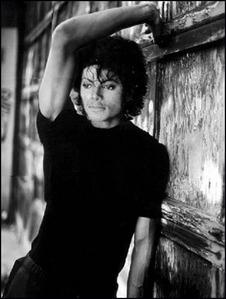 he looks sooo well.....hot and beautiful !!! :)