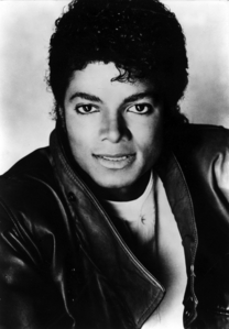 This is one of my kegemaran pictures from the Thriller era, his look just takes my breath away and his facial expression is wow!!! I just Cinta this picture!!!