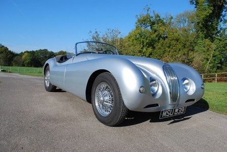 Does anyone know if Miss Taylor owned a much modified XK 120 Jaguar sports car in the fifties hoặc early sixties. The car had been worked on bởi Hollywood's king customiser George Barris.