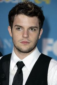 Brandon Flowers!! <3 I like his voice, and the way he looks, and his energy and originality..........I just Cinta him!! XD