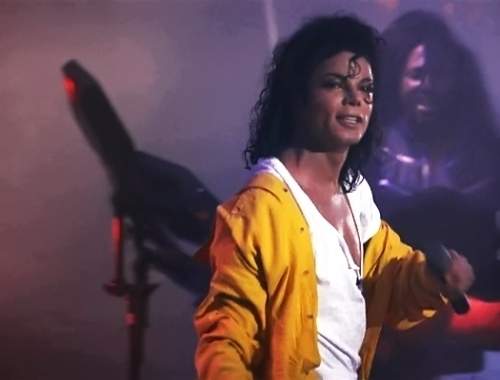 oh yes!! I upendo so much this video.. he's extremely sexy!! the way he moves, his voice.. he's amazing!! His riped shirt, those pants, that yellow shirt... makes me melts everytime I watch it... too sexy!!!