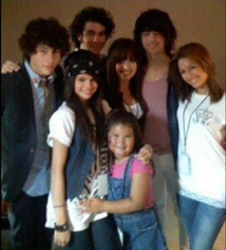 I got 2 sisters. In this picture is Selena,Jonas(Nick,Kevin and Joe),Madison, Dallas and I.