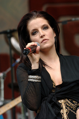 Total lie. That is not Lisa Marie Presley. v THIS is the Lisa Marie Presley.