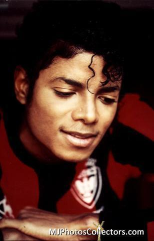 This was awhile ago, so I can't remember it that well..but... Me, MJ(Thriller era), and a group of kids (around my age, I'm 15)..were walking around outside my house. We have this đồi núi, hill like around the block bởi my house...so we were walking up the đồi núi, hill (MJ was holding my hand), and there was a gigantic Rocket Ship. We were all just standing infront of it and talking about ngẫu nhiên stuff, then out of no where, the rocket has smoke coming from the sides of it, and it explodes! So, we all just looked at each other then walked away. Then I woke up.