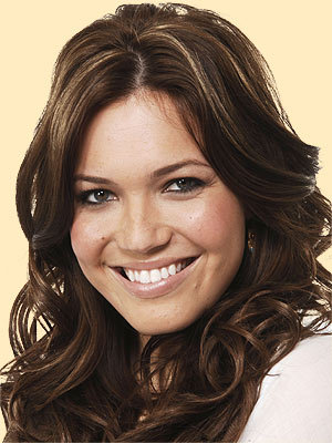 kegemaran celebrity? Well that's certainly different. I wanna say someone different. Mandy Moore! She's a singer and an actress. She's in A Walk To Remember. She's my kegemaran cause she hasn't done anything dumb
