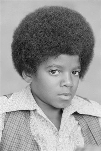 """I've had quite a few MJ dreams but these are the ones that really stood out: 1) Me and my cousin (who is also a huge MJ fan) were auditioning for a broadway version of the Wiz and we were both going for Dorothy. So we both went to the audition room and MJ and Diana Ross were there to choose who got the part. He was about 20 years old. Then the producer came up to me and my cuz and started shouting at us because we weren't black!!! I started crying cause I was really upset and MJ came over and gave me a hug! And then my cousin kicked him on the shin for NO REASON!!! I was just like to her """"WTF WAS THAT FOR?!?!"""" But it was pretty funny! 2) My một giây dream was about me playing out in my garden. I was on the swings and suddenly Michael came out of the trees. He looked like the picture below. I was a bit freaked out but he started laughing and beckoned me to follow him. We went to this big cây and he started climbing up it. I went after him but the closer I got, the further away he seemed. He was holding out his hand bởi this stage and I kept on desperately trying to grab ahold of it but I couldn't reach him. Once he realised I couldn't come with him he started crying and disappeared. I woke up in tears."""