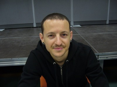 ♥CHESTER♥ i mean he looks so nice and so sweet with his girl !!!! ♥I 爱情 U CHESTER♥