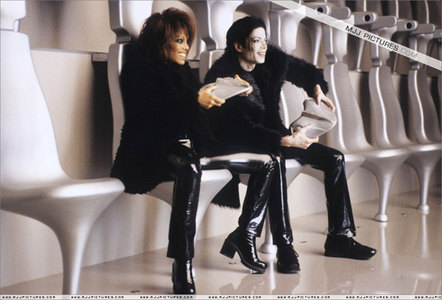 Okay,my wonderful MJ fans check this out.If you read somewhere that another tagahanga had a 'great time' with Mike, would you believe that at all?