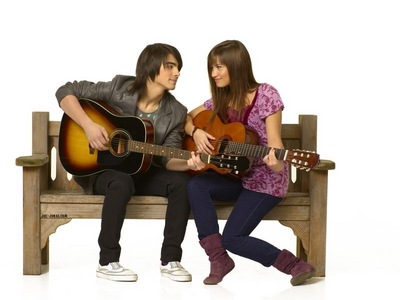 Here Demi and joe... I want a pic of Taylor Swiftt and Miley Cyrus!
