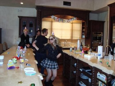lol look at all those cerveza cans ^^ :) I amor Avril&#39;s top! <3 Here&#39;s a pic of Avril in her Kitche