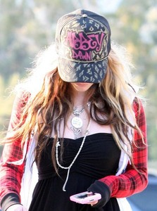 here's a pic of avril with her phoone she might be messanging♥ I want a pic of avril holding a knif