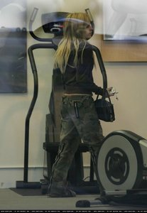 there :) Avril পরবর্তি to an excercise machine! Um i want a pic of avril holding a trophy <3