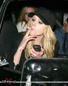 Here আপনি go. I want a pic of Avril holding flowers.