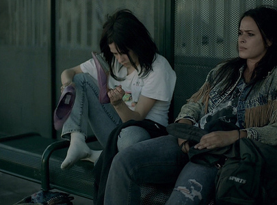 """here it is avril and her friend sitting on a bench from the সঙ্গীত video """"Nobody's Home"""" I want a p"""