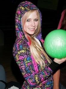This the closer pic to it!!!!I hope it works I want a pic of avril holding a camera but not from a ph