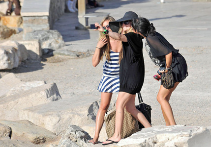 halloula, thats a good pic! Well done! Ok here's your pic of Avril holding a camera. She's in Pari