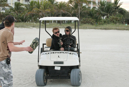 here is pic of her on a golf car :) i want a pic of avril with her অনুরাগী :)