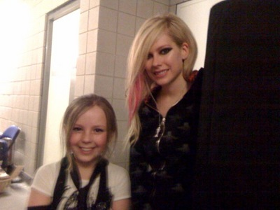 Avril with a অনুরাগী :) I want a pic of Avril holding a wine glass (or just a glass)