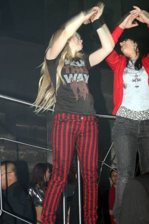 Here,WOW i am really liking this!♥ I want a pic of avril গান গাওয়া in a nightclub!
