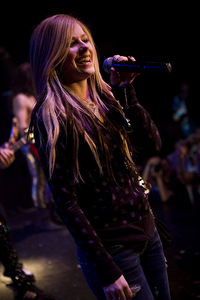 Avril গান গাওয়া in a nightclub. She's sharing the stage with some ofther singers <3 I want a pic of