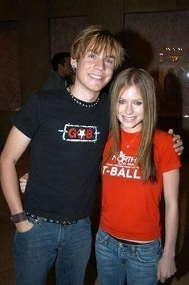 I প্রণয় them. <3 While on the subject of Evan, I want a pic of him and Avril making awkward faces.