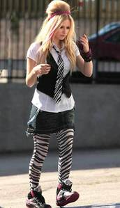 avril wearing a ज़ेबरा tie..mm..i would like to see avril चुंबन deryck(so easy but sweet!..)