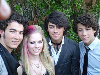 here is pic of avril and jonas brothers :) now i want pic of brody चुंबन avril