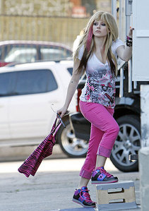 i want a picture of avril having fun with paparazzi..!
