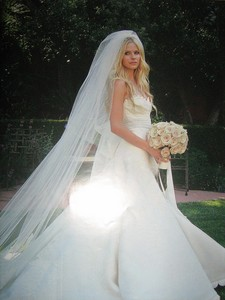 Avril in her wedding dress :) ~~ I want a pic of Avril holding a book :D
