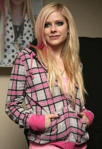 avril smiling :) i want a picture of avril 'peace' (2 fingers) :D
