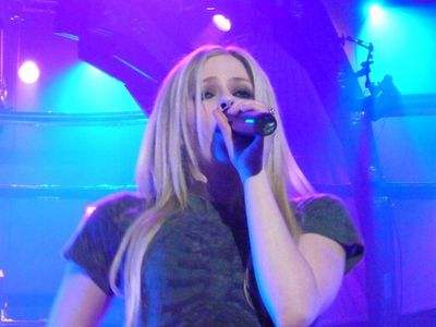 No that isn't Avril it sort of looks like her but she is a little bit zaidi chubbier than Avril is