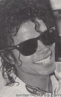:O A MICHAEL SCULPTURE! <3 Im not sure about Usher... I l'amour him but MICHAEL JACKSON IS A LEGEND~!!!
