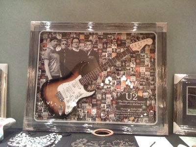 This is a đàn ghi ta, guitar I bought from an auction... Superbly framed with U2 các bức ảnh as background... email me