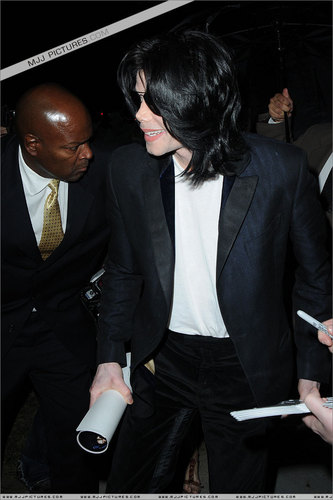 2006 - 2008 > Various > Michael shopping at Borders Bool
