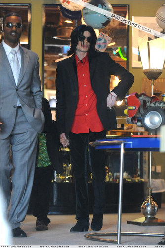 2006 - 2008 > Various > Michael shopping at Off The mural