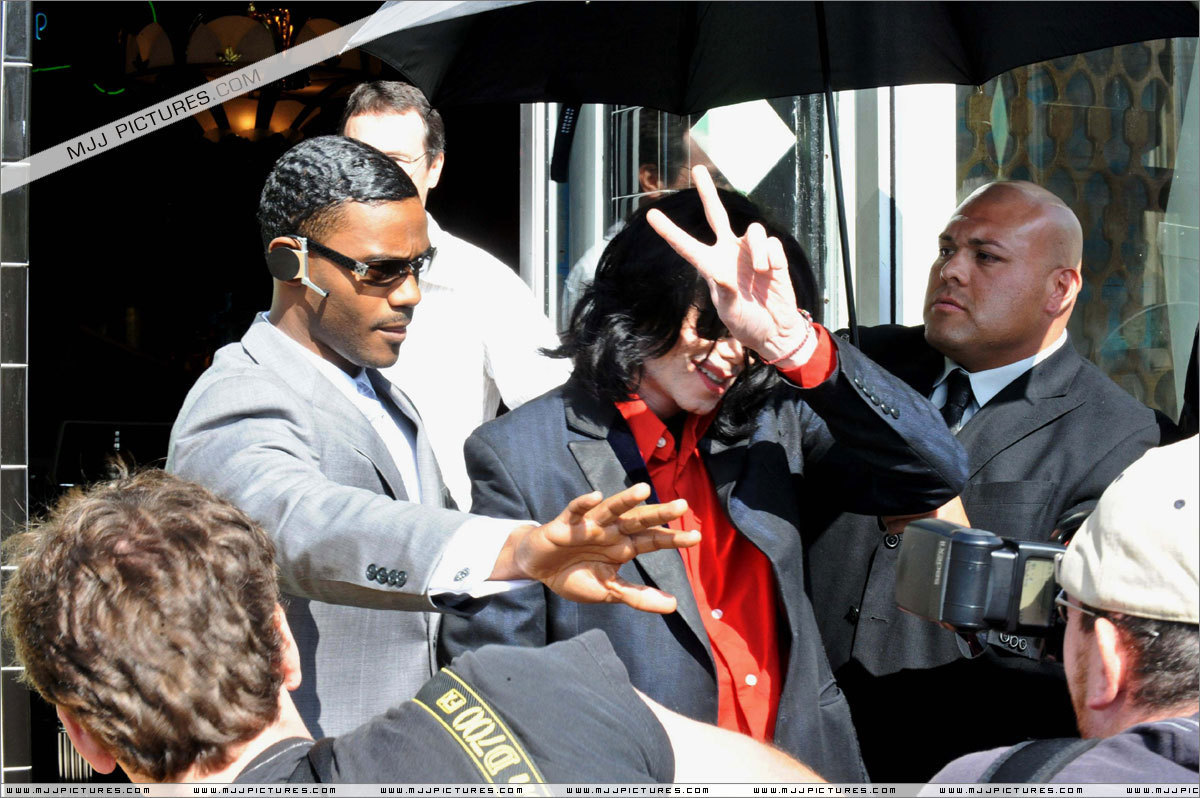 2006 - 2008 > Various > Michael shopping at Off The tường