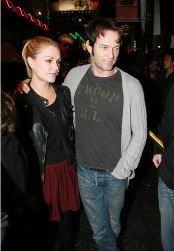 Anna Paquin and Steven Moyer oustide the Radiohead charity کنسرٹ