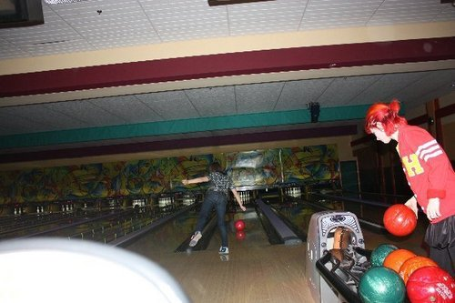 Paramore پیپر وال entitled Hayley, Erica and Chad on bowling in Nashville