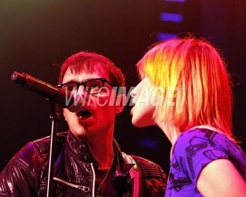 Hayley canto With Weezer